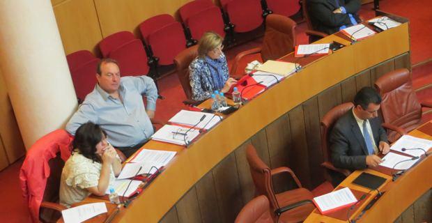 Etienne Bastelica, président du groupe Front de Gauche à l'assemblée de Corse, entouré de deux élues de son groupe.