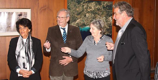 Mme Jolibois, directrice des services, remet les clés de la mairie à Jacques Limoges