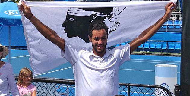 Laurent Lokoli qualifié en Australie brandit fièrement à bandera !