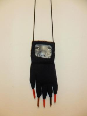 """Oeuvre d'Annette Messager """"Les gants grimaces"""", détail - Collection FRAC Corse"""