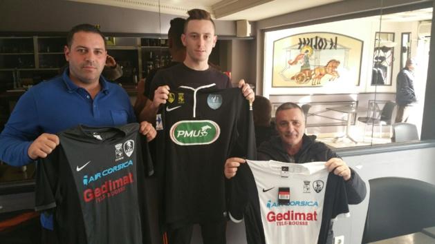 Jonathan Petrozzi, au centre, accompagné de Christian Graziani son nouveau coach (à droite) et de Régis Gandolfo, son ex-entraîneur (Photo Club)
