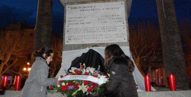 """Dépôt de gerbe par deux collégiennes, sous la devise """"Core in Fronte è Strada Diritta O Giuventù"""" (RItrattu : J.Q.)"""