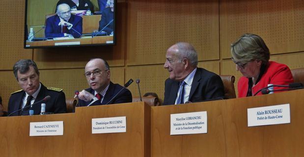 Les deux préfets de Corse et les ministres Bernard Cazeneuve et Marylise Lebranchu entourant le président de l'Assemblée de Corse, Dominique Bucchini.