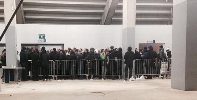 À 23 heures, de nombreux supporters attendaient toujours au stade