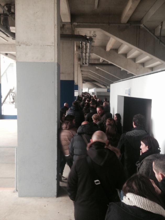Mardi vers 10 heures, la file d'attente longeait déjà toute la tribune sud