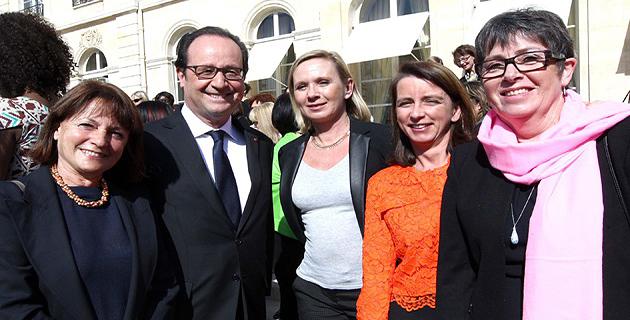 Marie-Ange Susini (à gauche) et  Sandrine Ceccaldi, Marie-Claude Scarbonchi et Sandrine Marfisi entourant le président de la Républqiue © Présidence de la République – L.Blevennec