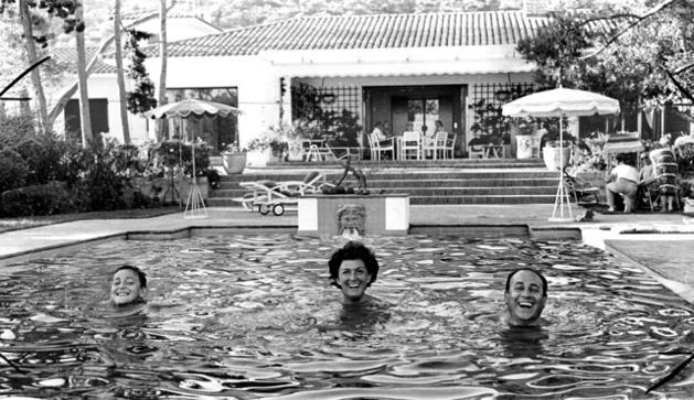 Tino Rossi en famille dans la villa du Scudo en 1958 (France dimanche)