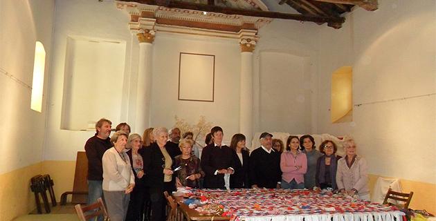 Les membres de Cors'Odissea entourés par les villageois participant à l'activité de tissage