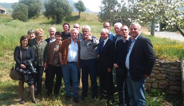 Au domaine viticole d'Antoine Arena à Patrimoniu : viticulteurs, producteurs, élus du PNC et reposnables de l'ALE entourent les eurodéputés et Enzo Manni.