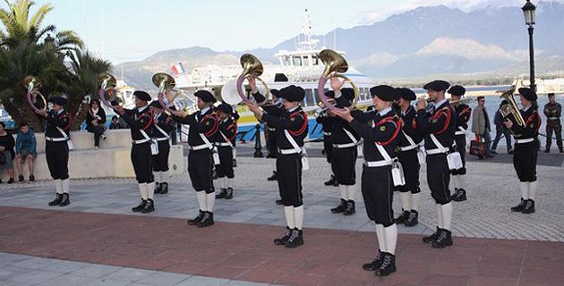 La fanfare du 27e Bataillon de Chasseurs Alpins en démonstration à Calvi