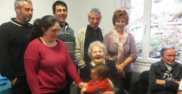 Marie-Rose Pieve, entourée de sa fille Juliette, de ses petits-enfants et arrières petits-enfants
