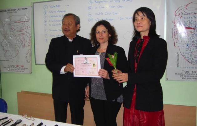 Brenda Fékété avec la remise de son Diplôme de multi-réflexologie Dien Chan par le Professeur Dr. Bui Quôc Châu (venu du Vietnam) et  la présidente  Le Yen Zys