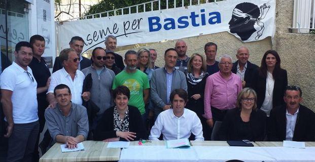 Le bureau d'Inseme per Bastia entouré d'élus et militants.