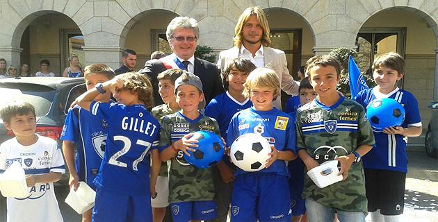Guillaume Gillet en compagnie de Georges Mela, le maire de Porto-Vecchio, et de jeunes supporters du Sporting. (Alcudina.fr)