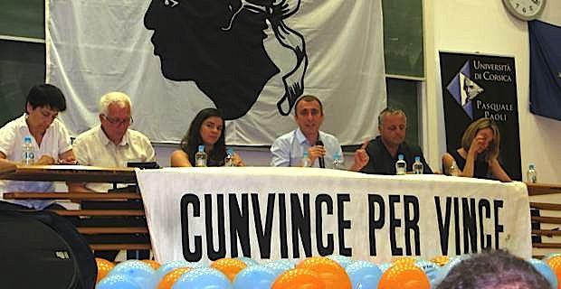 L'Exécutif du PNC : autour de Jean-Christophe Angelini, leader du PNC et président du groupe Femu a Corsica à l'Assemblée de Corse, entouré de Fabienne Giovannini et Saveriu Luciani, conseillers territoriaux, Anne Tomasi du PNC Ghjuventu, de François Alfonsi, président de l'ALE (Alliance Libre européenne) et d'Antonia Luciani, membre du Cunsigliu du PNC.