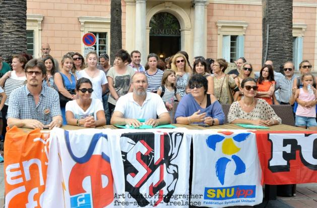 L'intersyndicale des enseignants devant la mairie d'Ajaccio