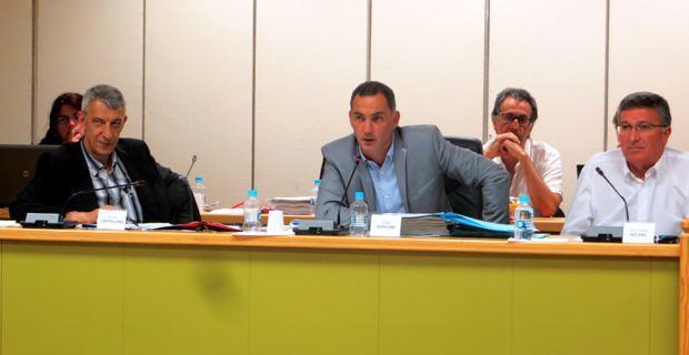 Le maire de Bastia, Gilles Simeoni, entouré de deux adjoints, Michel Castellani et Jean-Louis Milani.