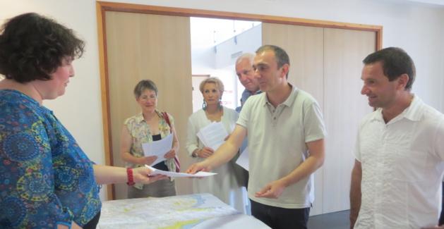 Les conseillers territoriaux de Femu a Corsica : Nadine Nivaggioni, Agnès Simonpietri, Saveriu Luciani, Jean-Christophe Angelini et Hyacinthe Vanni, remettent en main propre leurs réserves à l'un des neuf commissaires enquêteurs.