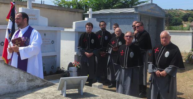 A Cunfraternità San Martinu di Patrimoniu et le père Georges Nicoli, au cimetière de San Fiurenzu.