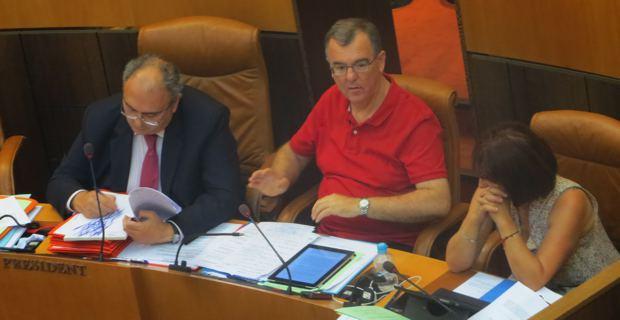 Le président de l'Exécutif, Paul Giacobbi, et le président de l'Office des transports (OTC), Paul-Marie Bartoli, obligés de monter au créneau pour défendre leurs rapports.