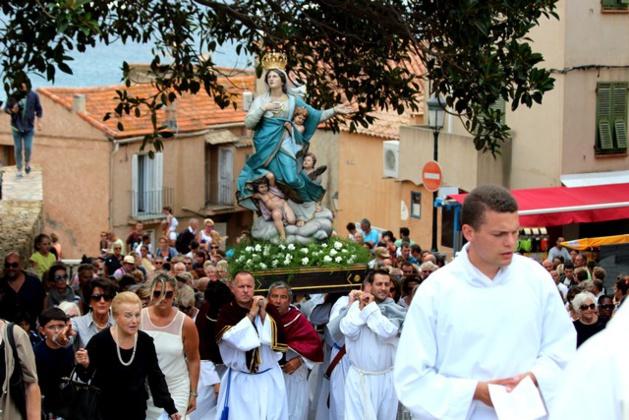 La statue de la Vierge Marie portée en procession à Calvi