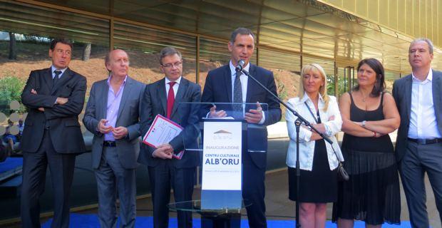 Le maire de Bastia, Gilles Simeoni, entouré de son prédecesseur, Emile Zuccarelli, de Jean-Joseph Massoni, adjoint aux finances, du préfet Thirion, d'E. De Gentili, 1ère adjointe, de Mattea Lacave, adjointe à la culture, et de Jean Zuccarelli, président de l'ADEC.