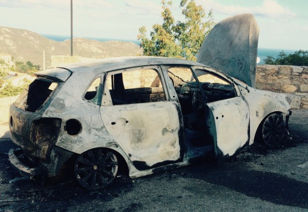 Une voiture détruite par un incendie à Lavatoggio