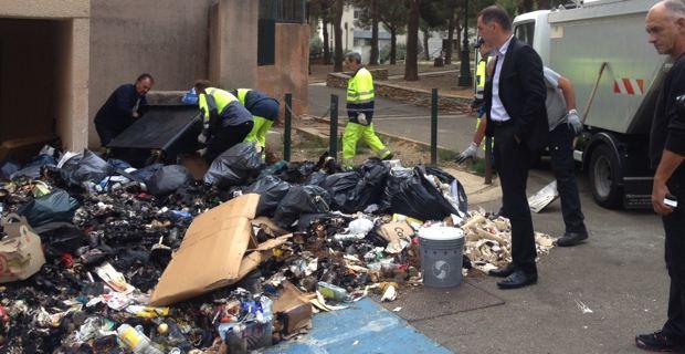 Le maire de Bastia, Gilles Simeoni, avec les employés municipaux, qui enlèvent les poubelles à la place de la CAB.
