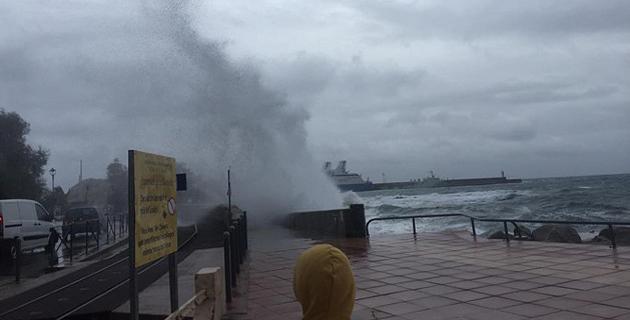 Des vagues impressionantes sur La Marinella de L'Ile-Rousse (Photos Bernard Brissaud)