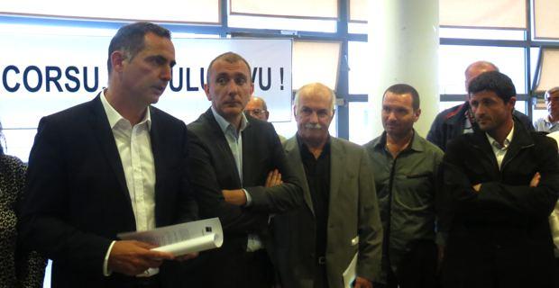 Le maire de Bastia et conseiller territorial sortant, Gilles Simeoni, leader d'Inseme per a Corsica, entouré des conseillers sortants,  Jean-Christope Angelini, leader du PNC, Jean Biancucci, leader de la Chjama, Hyacinthe Vanni et Jean Félix Acquaviva, secrétaire général d'Inseme per a corsica.