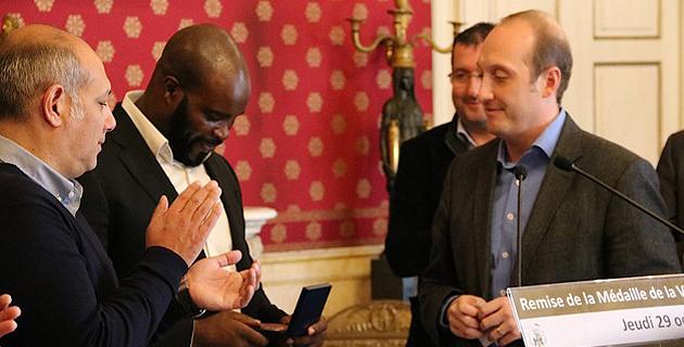 Un champion du monde de boxe dans les Salons Napoléoniens : La médaille de la ville à Jean-Marc Mormeck