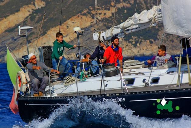 Le vent gonfle les voiles d'Isolamondo entre l'Ile d'Elbe et la Corse