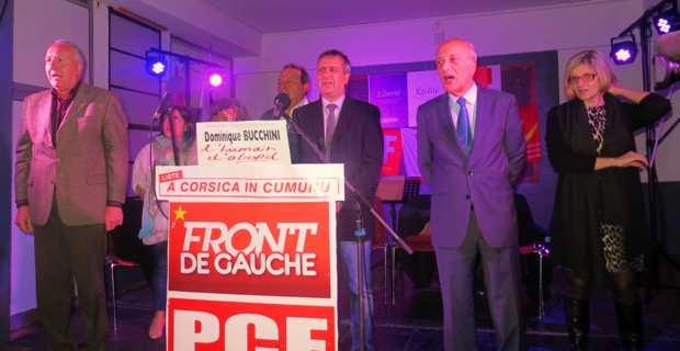 Dominuque Bucchini, tête de liste Front de gauche - PCF, entouré de ses colistiers, chante La Marseillaise..