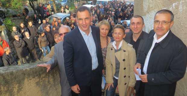 Les trois leaders nationalistes, Gilles Simeoni, Jean-Christophe Angelini et Jean-Guy Talamoni, entourés de leurs colistiers sur les marches du Palazziu Naziunale, à Corte.