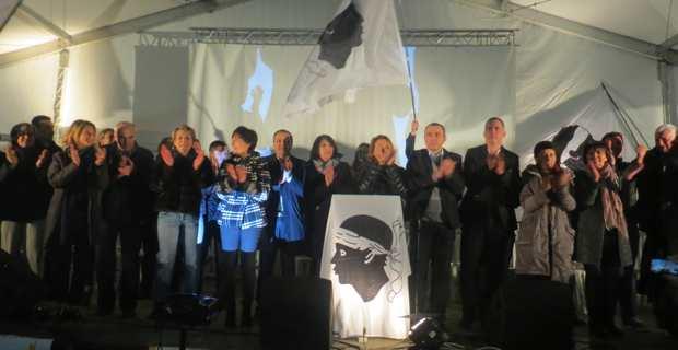 Les 51 candidats de la liste Pè A Corsica autour de leur chef de file, Gilles Simeoni.