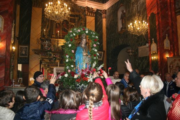 Les enfants du catéchisme offrant des pétales de rose à la Sainte