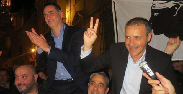 Les deux leader nationalistes, Gilles Simeoni, nouveau président du Conseil exécutif, et Jean-Guy Talamoni, nouveau président de l'Assemblée de Corse, portés en triomphe par une foule en liesse devant l'ancienne mairie de Bastia.