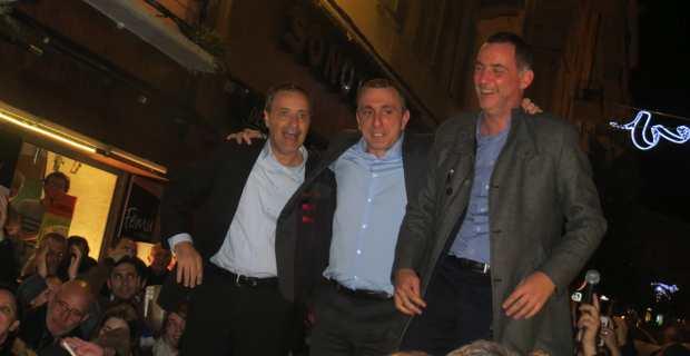 Les trois leaders nationalistes, Jean-Guy Talamoni, Jean-Christophe Angelini et Gilles Simeoni, juchés sur une voiture par une foule en liesse devant la permanence de Femu a Corsica à Bastia.