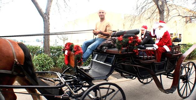 Au Marché de Noël de Biguglia, le Père Noël est en calèche