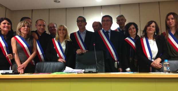 Le nouveau maire de Bastia, entouré de ses douze adjoints.