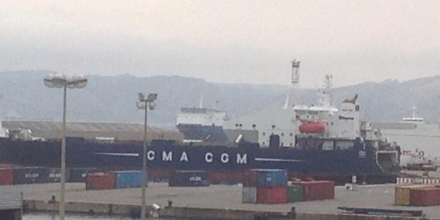 Le Stena Carrier (au second plan) : Toujours au large du port de Marseille