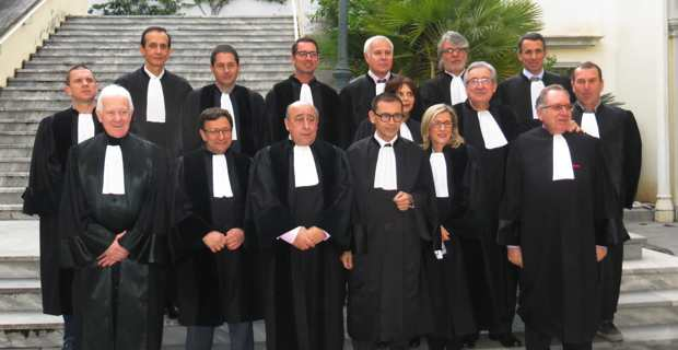 Le président du Tribunal de commerce, Jean-Marc Cermolacce, entouré du vice-président, des présidents de chambre, des juges et des greffiers.