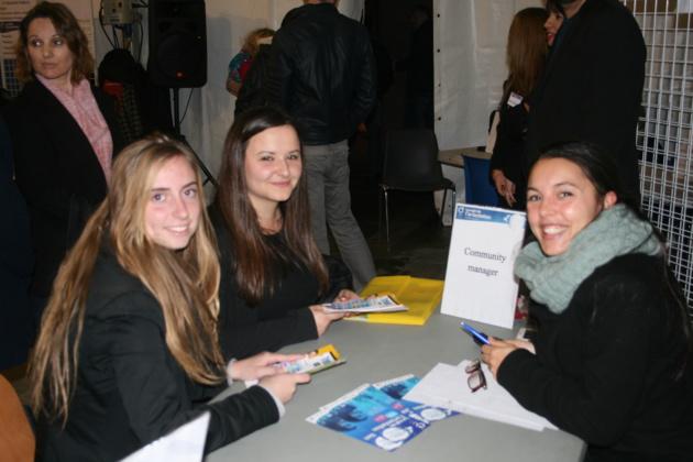 Shirley Gilbert gérante d'une société de e-marketing avec Sara et Raffaella, élèves de terminale interessées par les métiers de la vente