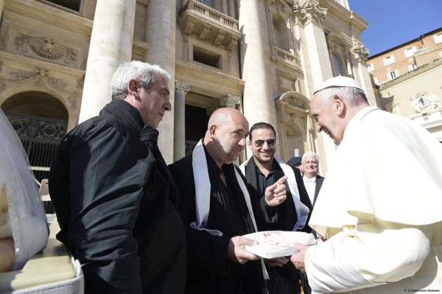 Le cadeau de Arapà au Pape. (Arapà officiel)