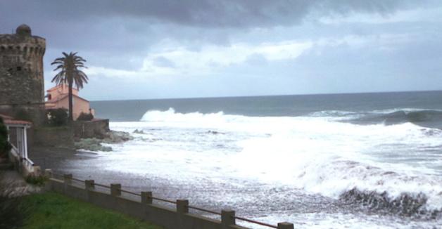 """La """"vague"""" de Miomo : La petite plage a (provisoirement) disparu…"""