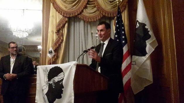 Gilles Simeoni prenant la parole devant les membres de l'Association des Corses des Etats Unis.