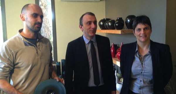 Jean Christophe Angelini visite la poterie de Julien Truchon en compagnie de la conseillère territoriale de Femu a Corsica, Juliette Ponzevera.