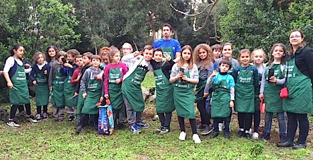 « Plus d'arbres, plus de  vie » : les enfants de l'école Calloni de Bastia plantent 37 arbres