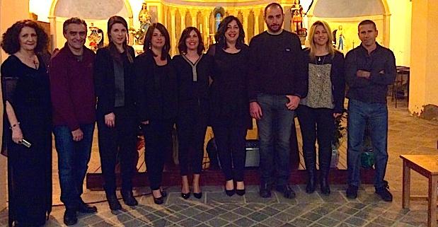 Les membres de l'Association La Passerelle entourés par le groupe Isulatine
