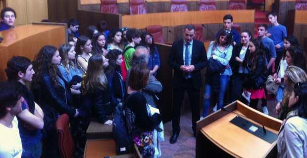 Les Lycéens bastiais et leurs correspondants génois reçus à l'Assemblée de Corse par le président du Conseil exécutif, Gilles Simeoni.